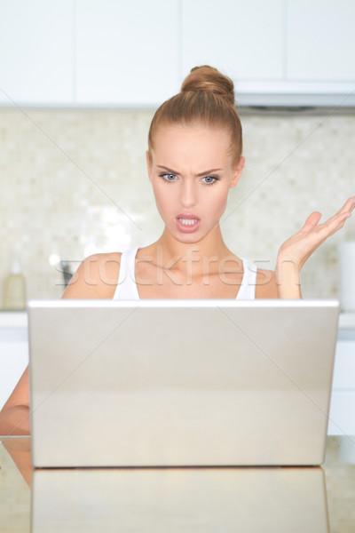 Mulher olhando laptop horror tabela Foto stock © dash
