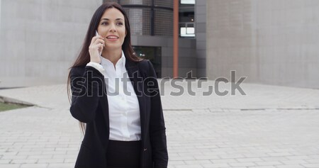 Vonzó üzletasszony mobiltelefon üzenetek mosolyog jó hírek Stock fotó © dash