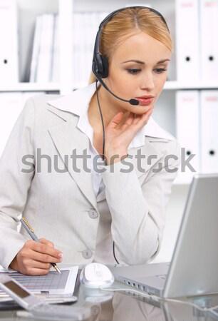 Virtueel klantenservice met behulp van laptop tabel vertegenwoordiger hoofd Stockfoto © dash