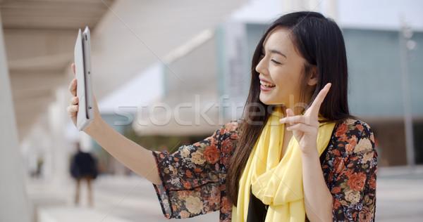 Stockfoto: Vrolijk · vrouwelijke · tablet · camera · mooie