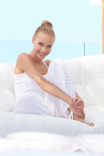 Mooie toevallig vrouw blootsvoets sofa Stockfoto © dash