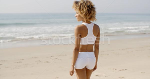 Młoda kobieta spaceru plaży lata szczęśliwy uśmiechnięty Zdjęcia stock © dash