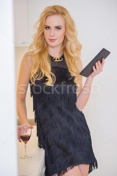Modieus vrouw zwarte gadget Stockfoto © dash