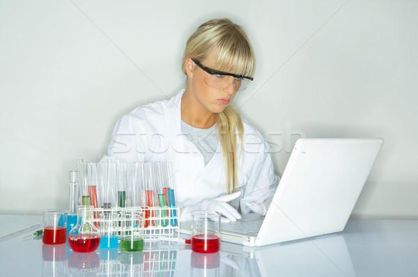 Vrouwelijke lab werknemer testen vrouwen laptop Stockfoto © dash