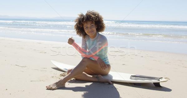 Felice femminile seduta tavola da surf Foto d'archivio © dash