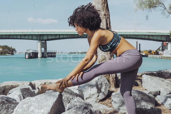Zwarte meisje rivieroever zijaanzicht slank Stockfoto © dash