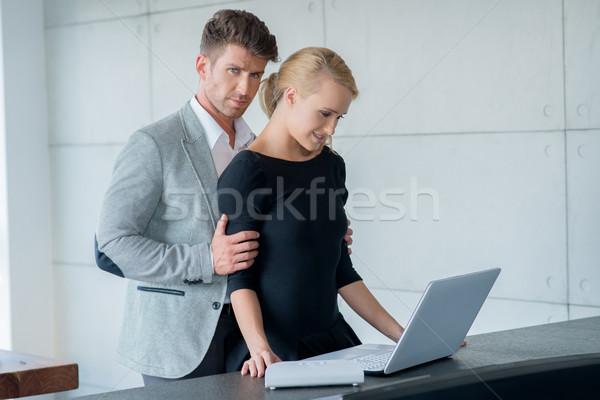 édes fiatal szerelmespár laptopot használ asztal hosszú Stock fotó © dash
