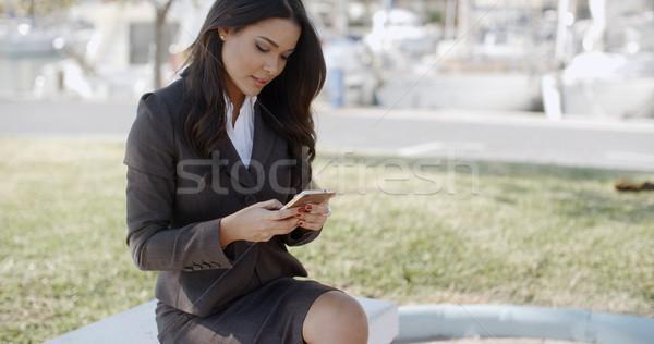 Imprenditrice conversazione giovani smartphone seduta panchina Foto d'archivio © dash