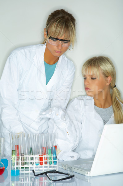 Vrouwelijke lab werknemers testen vrouwen bril Stockfoto © dash
