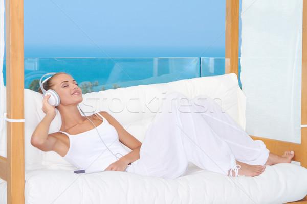 Träumen Frau Musik hören tragen Kopfhörer entspannenden Stock foto © dash