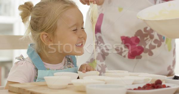 Gelukkig meisje lege muffin tabel ouder Stockfoto © dash