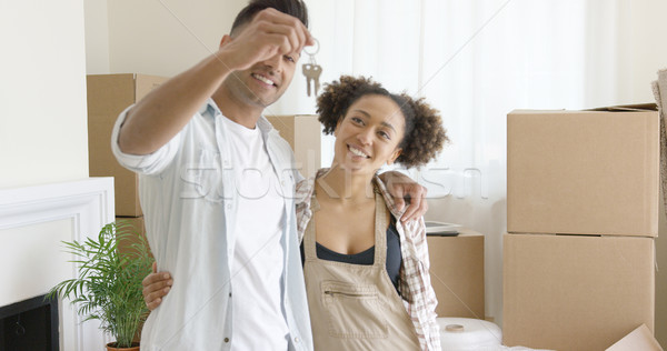 Glimlachend jonge man sleutels nieuw huis display Stockfoto © dash