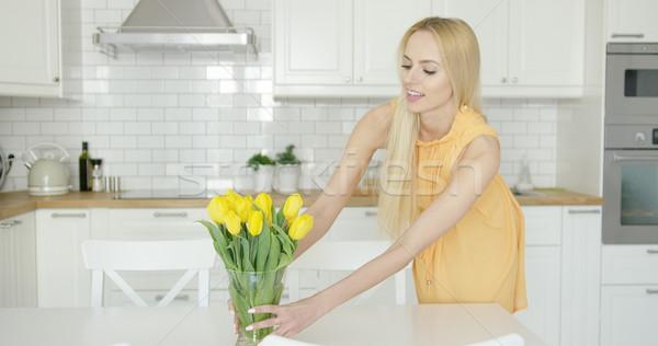 Mujer jarrón flores mesa jóvenes hermosa Foto stock © dash