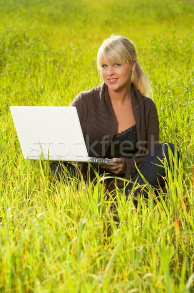 Zöld fű évek öreg gyönyörű nő dolgozik laptop számítógép Stock fotó © dash