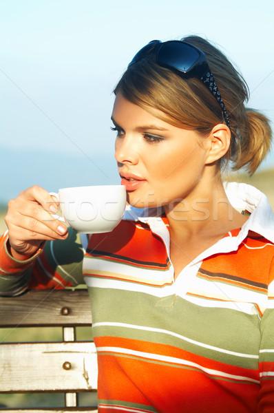 Tavaszi szünet fiatal nő megnyugtató iszik kávé nő Stock fotó © dash