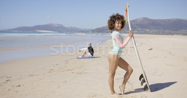 Női pózol szörfdeszka tengerpart férfi ül Stock fotó © dash