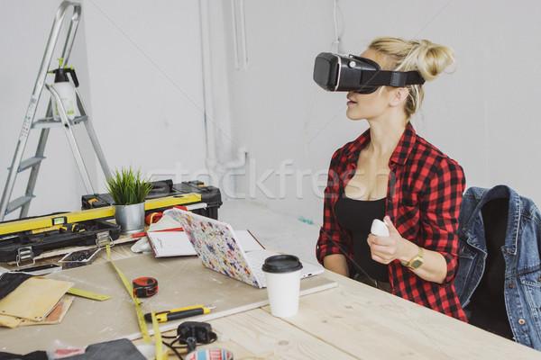 Vrouwelijke virtueel realiteit hoofdtelefoon laptop jonge Stockfoto © dash