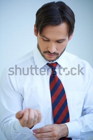 Imprenditore medicazione cravatta barbuto giovani guardando verso il basso Foto d'archivio © dash