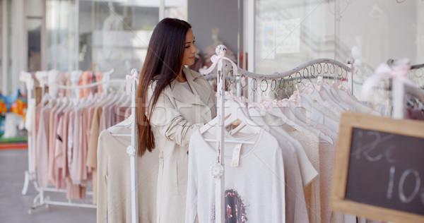 Csinos fiatal nő divat butik keres ruházat Stock fotó © dash