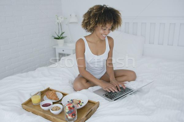 Zdjęcia stock: Zawartość · kobieta · laptop · śniadanie · młodych · wspaniały