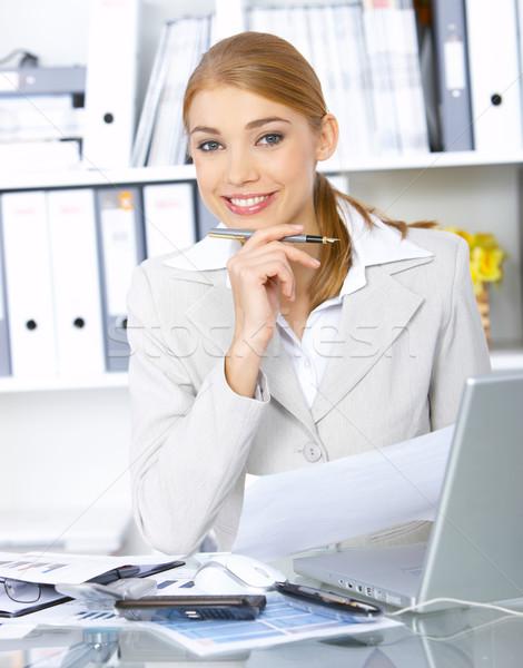 Donna d'affari ufficio bella lavoro sorridere computer Foto d'archivio © dash
