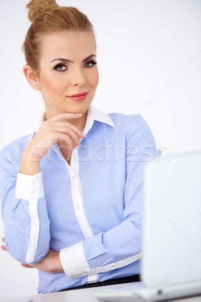 Elegancki wyrafinowany kobieta interesu posiedzenia laptop strony Zdjęcia stock © dash