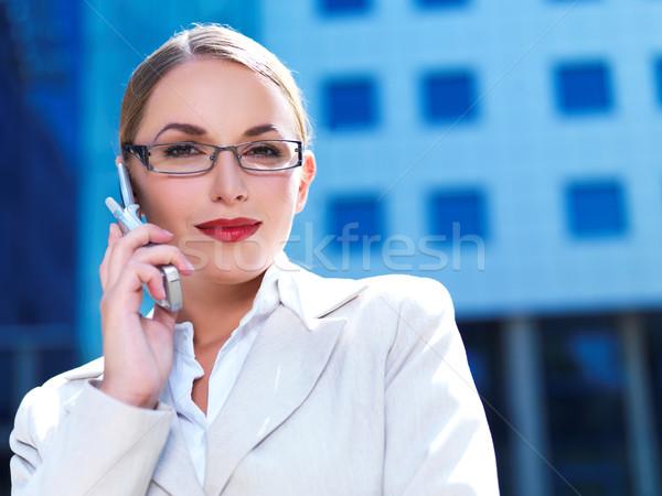 Trabalhando ao ar livre belo mulher de negócios telefone edifício moderno Foto stock © dash