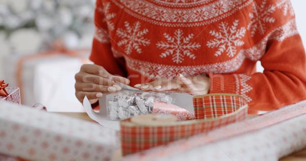 Fiatal nő óvatosan csomagolás karácsony ajándék színes Stock fotó © dash