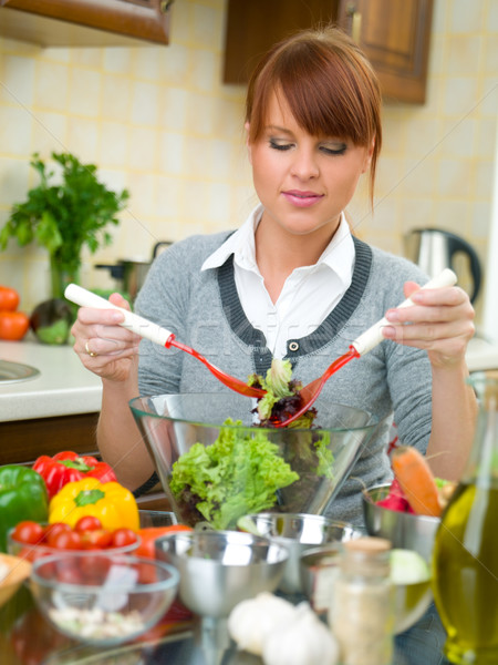 Kadın mutfak güzel bir kadın sebze salata kız Stok fotoğraf © dash