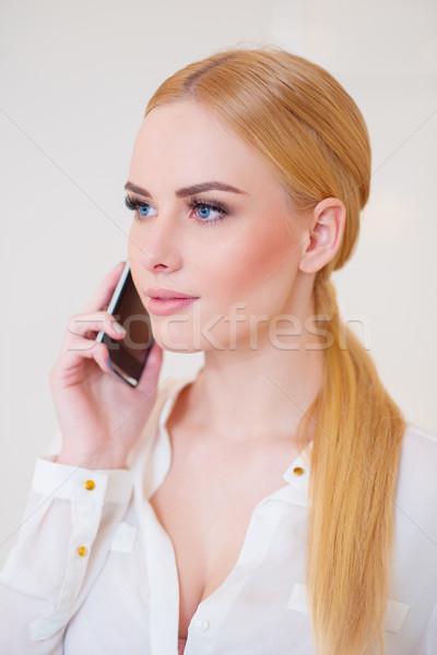 красивая женщина белый призыв мобильного телефона долго Сток-фото © dash