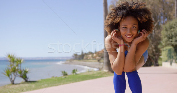 Souriant fille posant plage jeunes Homme Photo stock © dash