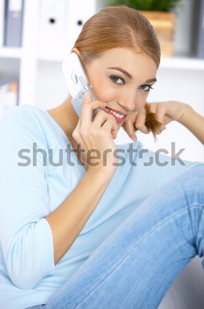 Foto stock: Bela · mulher · branco · cama · trabalhando · laptop
