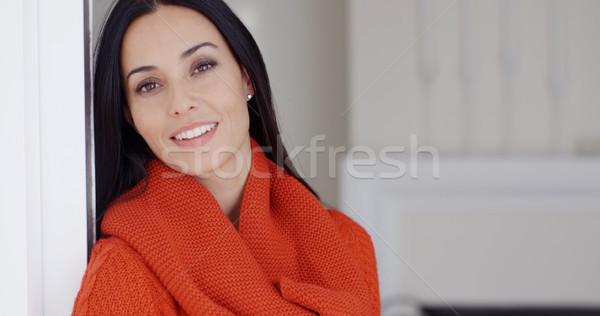 Káprázatos fiatal nő álmodozás áll dől fal Stock fotó © dash