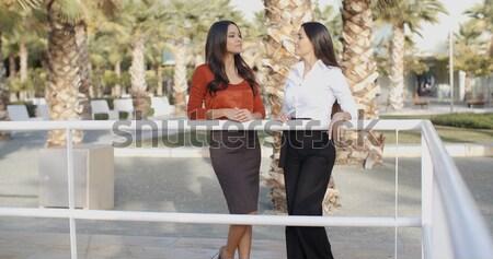 Fiatal nők beszélget trópusi városi park kettő Stock fotó © dash