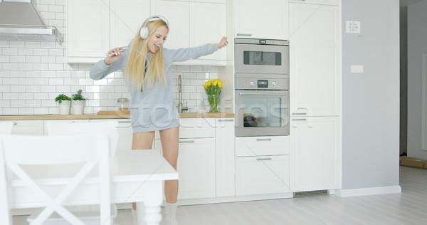 Kifejező fiatal lány tánc konyha gyönyörű fiatal Stock fotó © dash