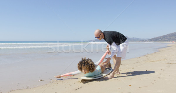 Instructeur vrouwelijke surfer strand uitleggen vrouw Stockfoto © dash