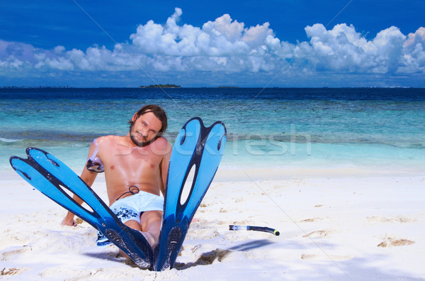 Knappe man Maldiven vergadering strand vin Stockfoto © dash