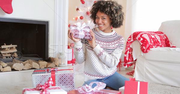 Mooie jonge vrouw christmas geschenken gelukkig vloer Stockfoto © dash