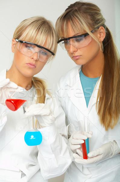Kadın laboratuvar işçiler test kadın gözlük Stok fotoğraf © dash