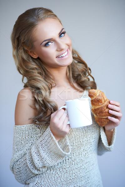 Cute meisje witte beker warme drank Stockfoto © dash