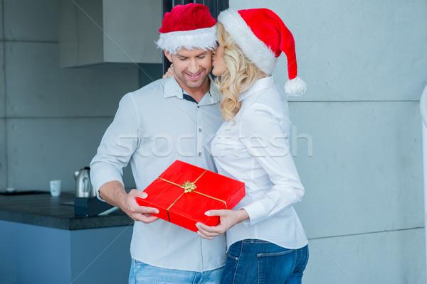 ストックフォト: 若い女性 · キス · 夫 · クリスマス · カラフル · 赤