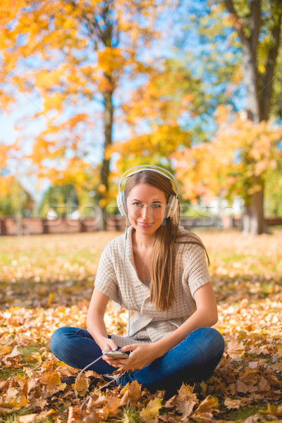 Mulher sessão terreno escuta música ipod Foto stock © dash
