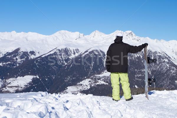 Snowboarder guardando alto montagna cielo Foto d'archivio © dash