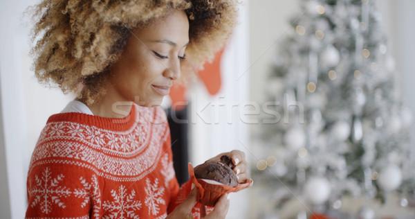 Fiatal nő élvezi karácsony csemege ül díszített Stock fotó © dash