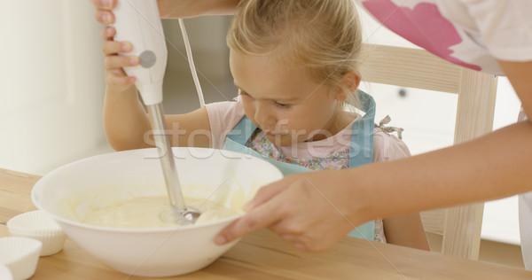 Cute nina aprendizaje cocción madre eléctrica Foto stock © dash