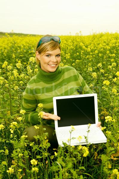 Mulher de negócios ao ar livre jovem computador portátil verde prado Foto stock © dash