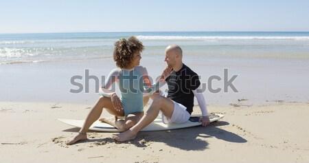 Szerelmespár szörfdeszka pár ül óceán tengerpart Stock fotó © dash