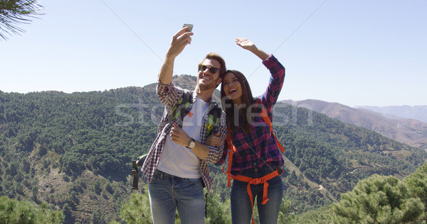 Jonge glimlachend paar foto wandelen Stockfoto © dash