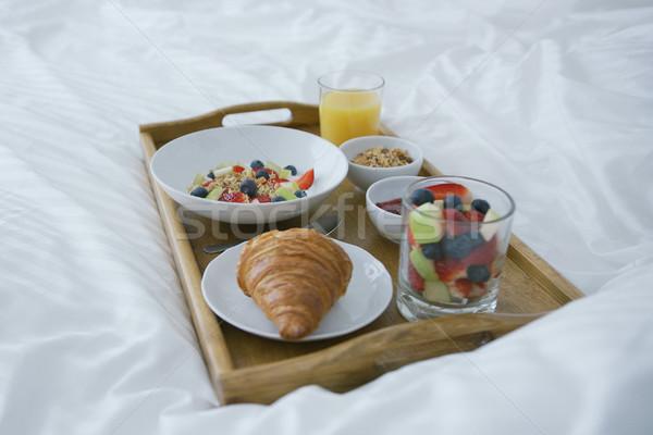 Servi déjeuner lit délicieux mélange de fruits verre Photo stock © dash