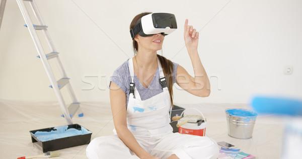Młoda kobieta faktyczny rzeczywistość okulary ochronne zestawu posiedzenia Zdjęcia stock © dash